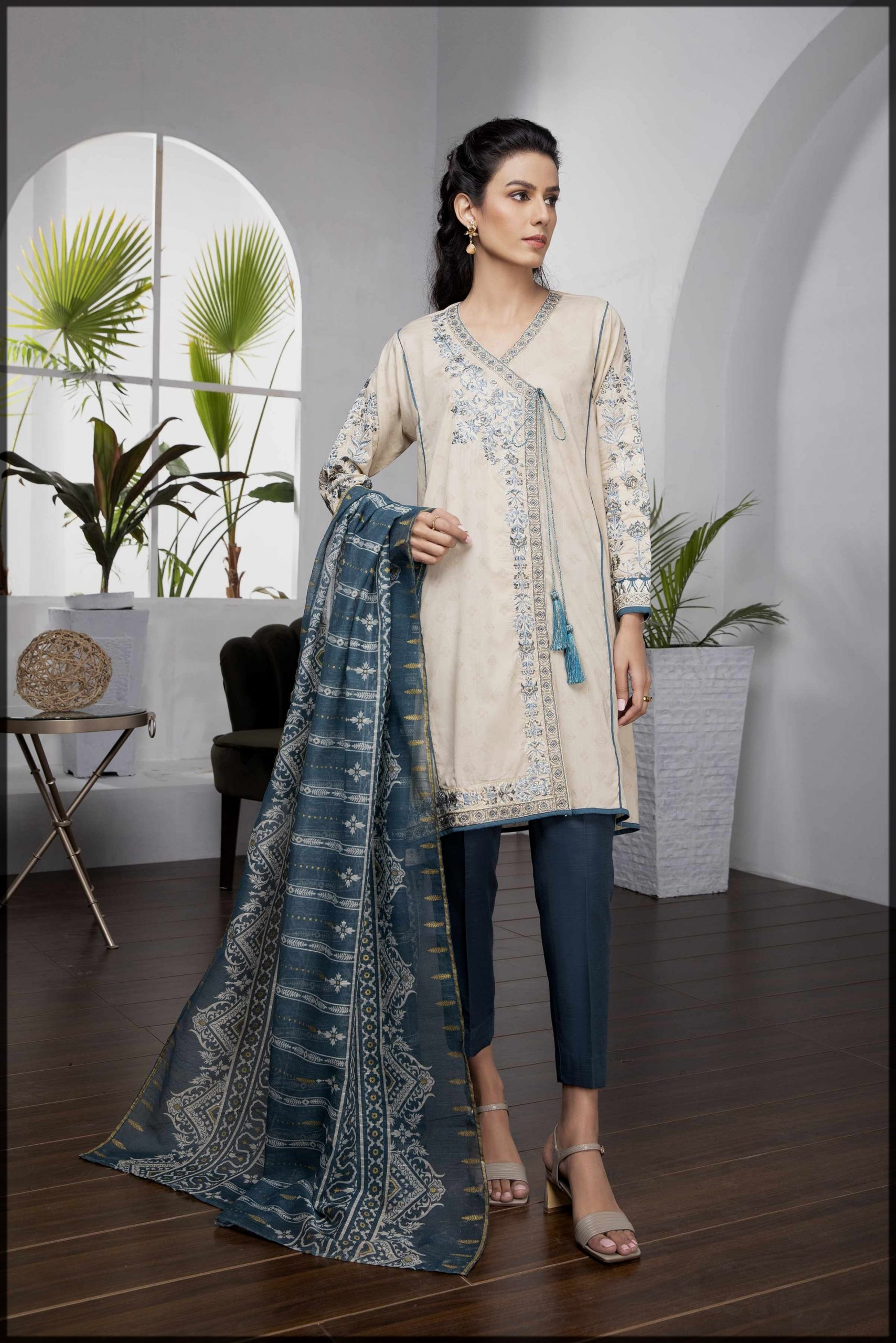 Embroidered zari lawn 2pc suit