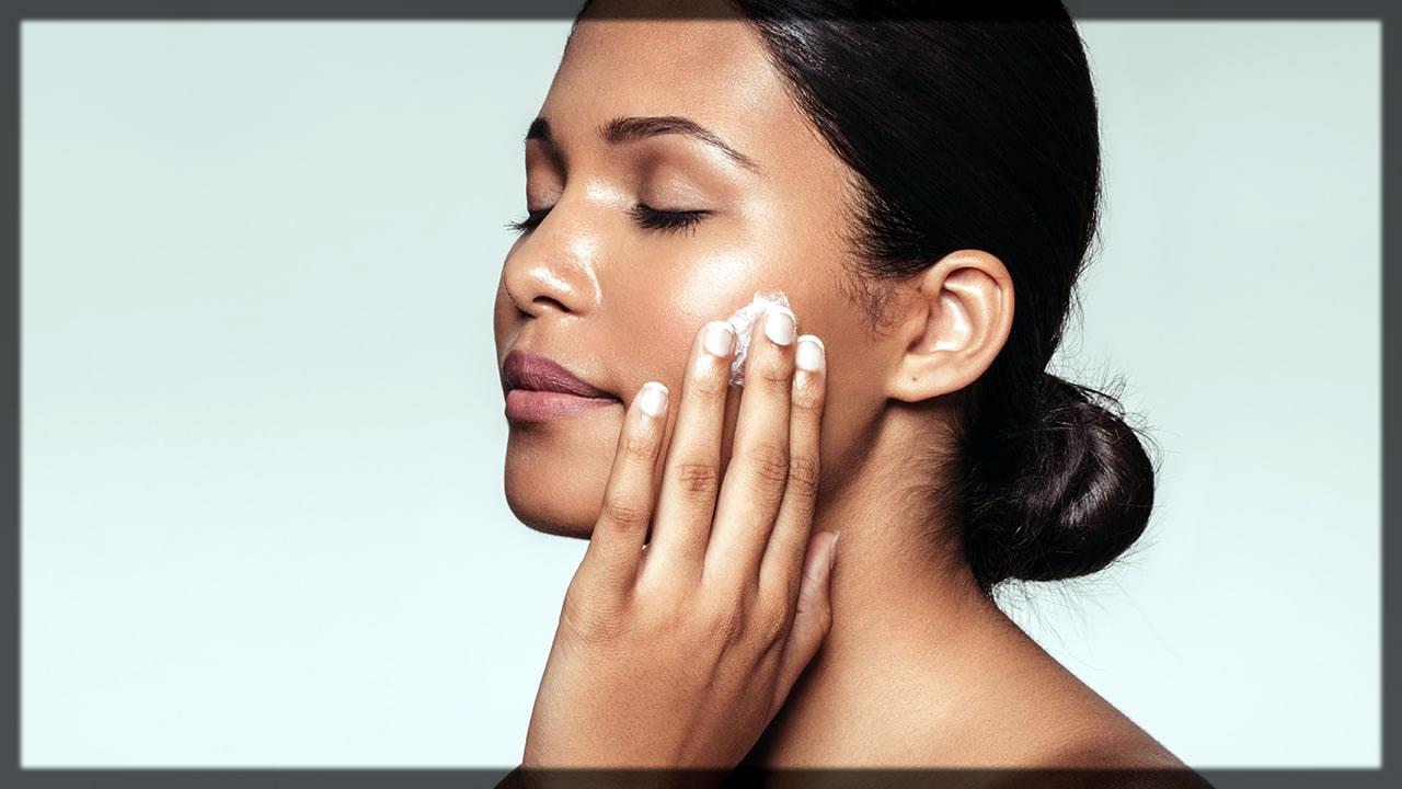 Apply moisturizer on face