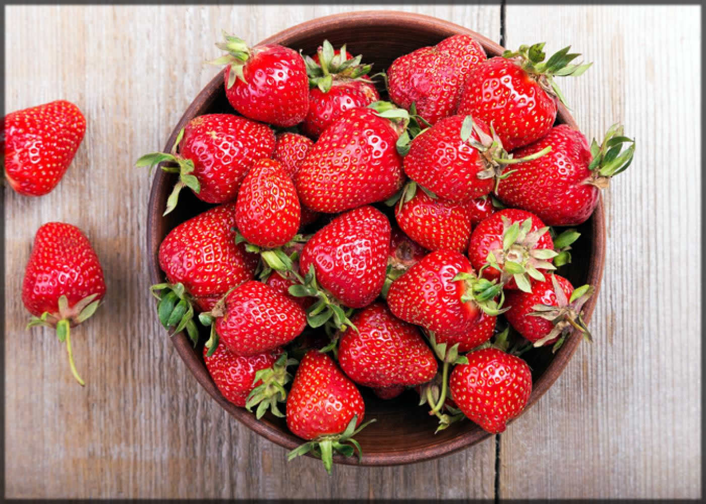 Strawberry reduces the eye bags